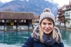 Lächelnder Tourist in Interlaken, die Schweiz Lizenzfreie Stockbilder