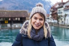 Lächelnder Tourist in Interlaken, die Schweiz Lizenzfreie Stockfotos