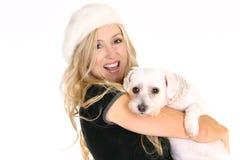 Lächelnder tragender Hund der Frau lizenzfreies stockfoto
