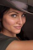 Lächelnder tragender Hut der Frau Stockfotos