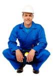Lächelnder tragender Sicherheitshut der männlichen Arbeitskraft lizenzfreies stockfoto