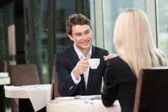 Lächelnder trinkender Kaffee des Geschäftsmannes. Stockbild