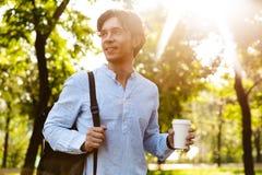 Lächelnder trinkender Kaffee des jungen zufälligen Mannes lizenzfreies stockfoto