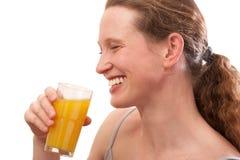 Lächelnder trinkender Saft der Frau Lizenzfreies Stockbild