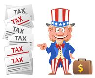 Lächelnder Uncle Sam zeigt auf die Steuerbuchstaben Stockbilder