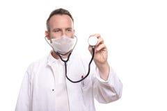 Lächelnder unrasierter männlicher Doktor, der ein Stethoskop hält Lizenzfreie Stockfotos