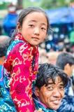 Lächelnder Vater mit Tochter in Bihar Lizenzfreies Stockfoto