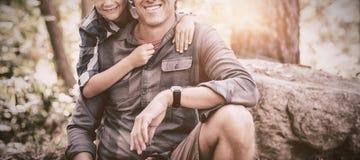 Lächelnder Vater und Sohn, die im Wald wandern Lizenzfreies Stockbild
