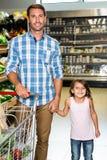 Lächelnder Vater und Tochter Lizenzfreie Stockfotografie