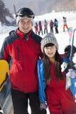 Lächelnder Vater und Tochter in Ski Resort, Porträt Stockbilder