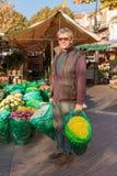 Lächelnder Verkäuferflorist im Blumenladen in Nizza, Frankreich Stockfotografie