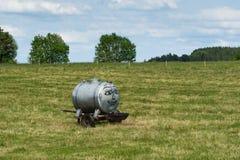 Lächelnder Wasserbehälter auf einem grünen Feld Lizenzfreie Stockbilder