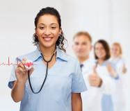 Lächelnder weiblicher Afroamerikanerdoktor oder -krankenschwester lizenzfreie stockbilder