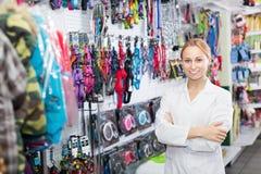 Lächelnder weiblicher Assistent, der im Geschäft für Haustiere arbeitet stockfoto