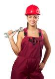 Lächelnder weiblicher Bauarbeiter, der Schlüssel hält Stockbild