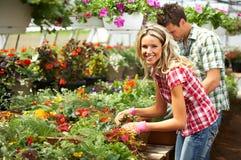 Lächelnder weiblicher Blumenhändler Lizenzfreies Stockfoto