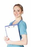 Lächelnder weiblicher Doktor, der ein Klemmbrett anhält lizenzfreie stockbilder