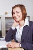 Lächelnder weiblicher Hauptgeschäftsführer Stockbild
