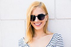 Lächelnder weiblicher Jugendlicher in der Sonnenbrille Lizenzfreie Stockfotos