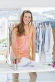 Lächelnder weiblicher Modedesigner, der im Studio arbeitet Lizenzfreies Stockbild