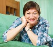 Lächelnder weiblicher Pensionär mit karierter Bluse Stockbilder