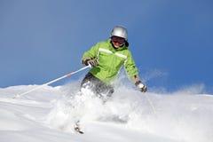 lächelnder weiblicher Skifahrer Lizenzfreies Stockfoto
