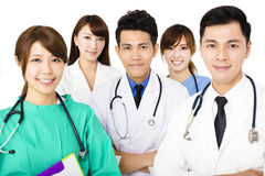 Lächelndes Ärzteteam, das zusammen auf Weiß lokalisiert steht Lizenzfreies Stockbild