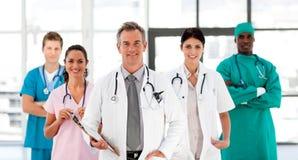 Lächelndes Ärzteteam, welches die Kamera betrachtet Lizenzfreie Stockfotos