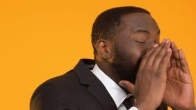 Lächelndes afroes-amerikanisch Mannschreien, suchend nach Leuten, Jobpositionsangebot stock video footage