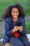 Lächelndes Afrokind mit einem Mobile, das ein Foto selbst macht Lizenzfreie Stockfotos