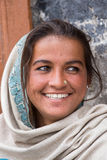 Lächelndes armes Mädchen bittet um Geld von einem Passanten auf der Straße in Leh, Ladakh Indien Lizenzfreie Stockfotografie