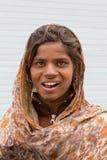 Lächelndes armes Mädchen bittet um Geld von einem Passanten auf der Straße in Leh, Ladakh Indien Lizenzfreies Stockbild