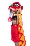 Lächelndes asiatisches chinesisches kleines Mädchen mit Lion Dance-Kostüm Lizenzfreies Stockfoto