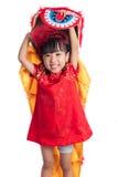 Lächelndes asiatisches chinesisches kleines Mädchen mit Lion Dance-Kostüm Stockfotografie