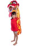 Lächelndes asiatisches chinesisches kleines Mädchen mit Lion Dance-Kostüm Stockfotos