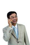 Lächelndes asiatisches Geschäftsmanntelefon Nennen Lizenzfreie Stockbilder
