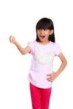 Lächelndes asiatisches kleines Mädchen, das leeres copyspace zeigt Stockfoto