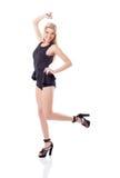 Lächelndes athletisches blondes Springen in Studio Lizenzfreies Stockbild