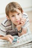 Lächelndes aufpassendes Fernsehen des Jungen zu Hause Lizenzfreies Stockfoto