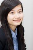 Lächelndes Büromädchen Stockfotografie