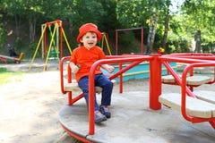 Lächelndes Baby auf Karussell Lizenzfreie Stockfotografie