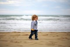 Lächelndes Baby auf Strand Lizenzfreie Stockbilder