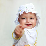 Lächelndes Baby, das einen Finger zeigt lizenzfreie stockbilder