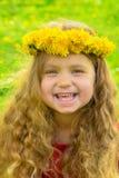 Lächelndes Baby mit langer tragender Krone des blonden Haares von dandelio Stockbilder