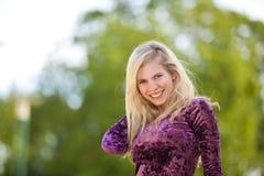 Lächelndes blondes Art und Weisebaumuster Lizenzfreies Stockfoto