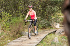 Lächelndes blondes Athletengebirgsradfahren Lizenzfreies Stockbild