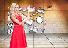 Lächelndes blondes Darstellen Stockfoto