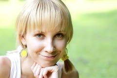 Lächelndes blondes Frauengesicht Stockfotografie