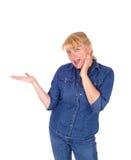 Lächelndes blondes Frauenzeigen Stockfotografie