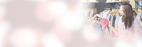 Lächelndes blondes Handelneinkaufen und Betrachten der Kamera lizenzfreie stockfotografie